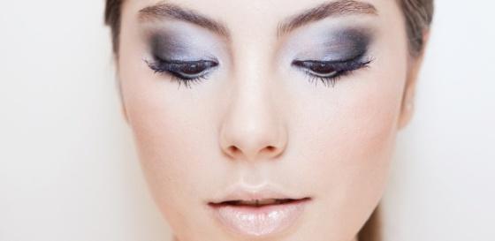 maquiagem-com-sombras-metalizadas-criada-por-theo-carias-para-o-reveillon-brilho-e-discreto-e-nada-carnavalesco-1324502438543_615x300